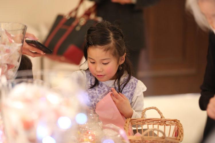 クリスマスの装飾でお菓子をプレゼント